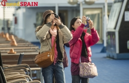 Japanese tourists are welcomed as special visitors to Barcelona